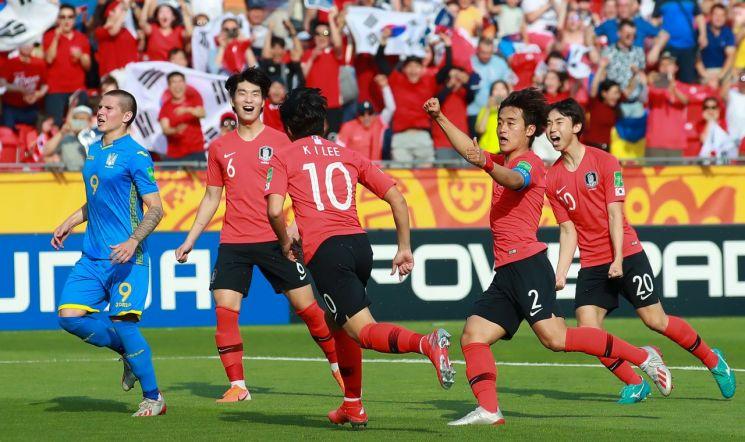 16일 폴란드 우치 경기장에서 열린 2019 국제축구연맹(FIFA) 20세 이하(U-20) 월드컵 결승전에서 이강인이 전반 패널티 킥을 성공한 뒤 동료들과 기쁨을 나누고 있다.[이미지출처=연합뉴스]
