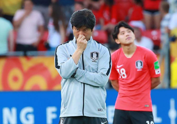16일 폴란드 우치 경기장에서 열린 우리나라와 우크라이나의 2019 국제축구연맹(FIFA) 20세 이하(U-20) 월드컵 결승전이 끝난 뒤 정정용 감독이 아쉬운 표정으로 시상식을 기다리고 있다.[이미지출처=연합뉴스]