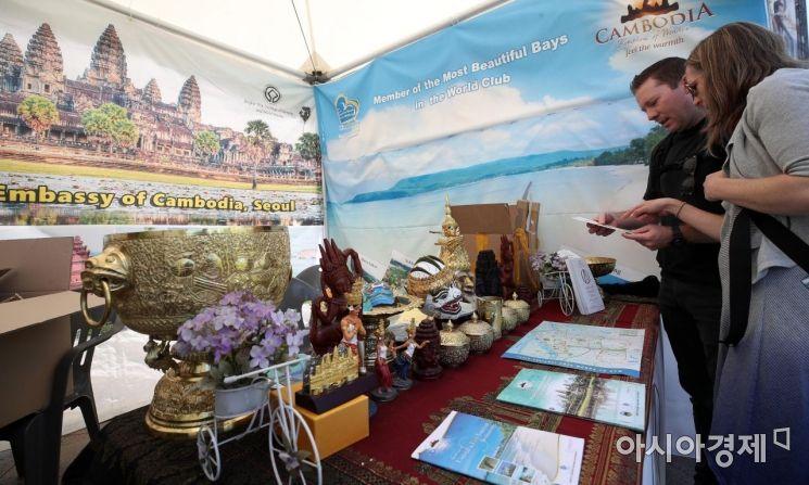 [포토] 캄보디아 홍보관 둘러보는 관광객