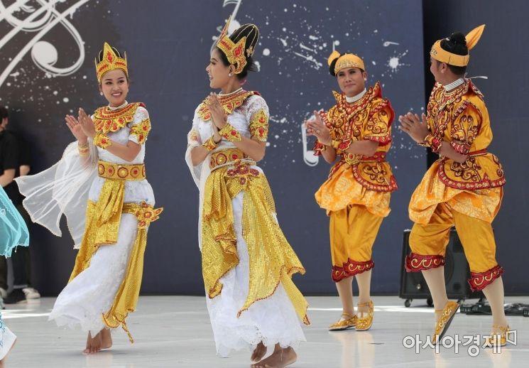 [포토] 전통공연 선보이는 미얀마 공연단