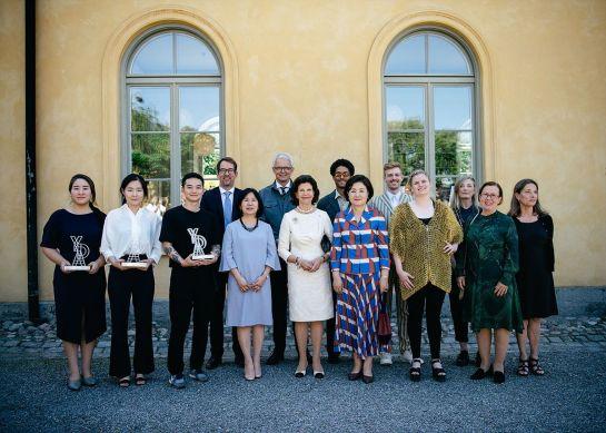 왼쪽부터 수상자 3명과 윤주현 한국디자인진흥원 원장, 실비아 레나테 스웨덴 왕비, 영부인 김정숙 여사 등이 15일 스웨덴 스톡홀름에서 열린 '한ㆍ스웨덴 영 디자인 어워드' 시상식에 참석해 기념촬영을 하고 있다.