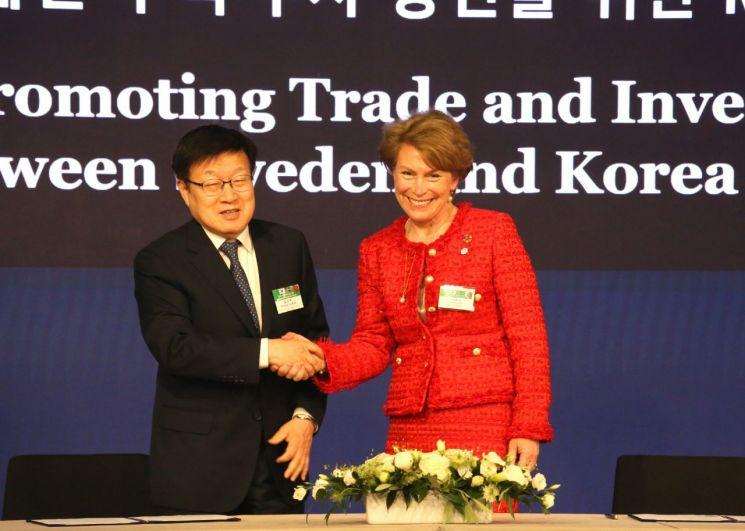 김영주 무역협회 회장과 일바 베리 비즈니스 스웨덴 회장이 한국-스웨덴 무역투자 증진을 위한 양해각서(MOU)를 체결했다. 사진은 김영주 무협 회장과 일바 베리 비즈니스 스웨덴 회장(사진=무협)