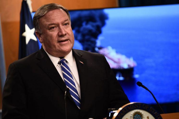 """마이크 폼페이오 미국 국무장관이 13일(현지시간) 워싱턴DC의 국무부에서 기자들에게 브리핑을 하고 있다. 폼페이오 장관은 이 자리에서 오만 해상 유조선 피격 사건과 관련해 """"이란이 이번 공격에 대한 책임이 있다는 것이 미국의 평가""""라고 밝혔다. <사진=AFP연합>"""