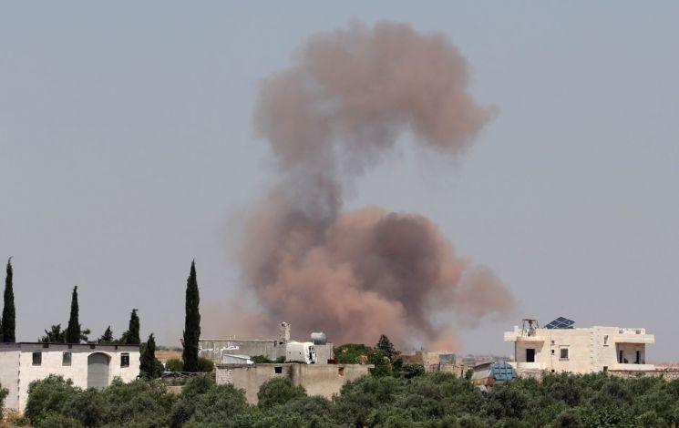 시리아 북서부 반군 근거지를 겨냥한 정부군의 공습으로 28일(현지시간) 알레포주 서부의 한 지역에서 연기가 치솟아 오르고 있다. <사진=AFP연합>