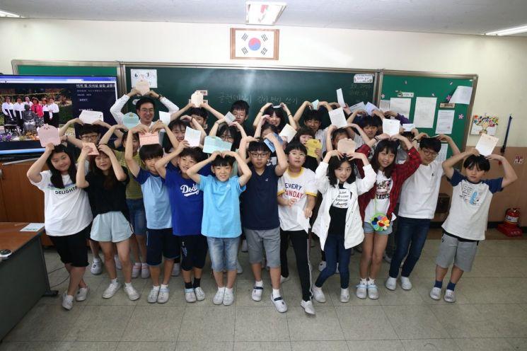 서울 길원초등학교 6학년 2반 학생이 평화의 소녀상을 건립한 첫 해외 도시 미 글렌데일 시 관계자와 시민을 향한 감사와 응원의 편지를 썼다.