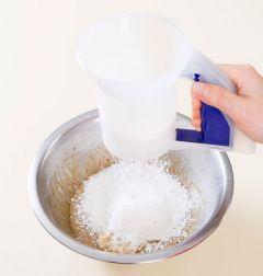 3. 으깬 바나나와 럼을 넣어 섞고 박력분과 베이킹파우더를 체에 쳐 넣어 가볍게 섞는다.