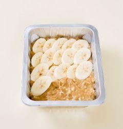 4. 오븐용기에 기름을 칠하거나 유산지를 깔고 반죽을 넣어 어슷하게 썬 바나나를 골고루 얹는다. 180℃로 예열한 오븐에 25~30분 정도 굽는다.
