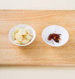 2. 마늘은 편으로 썰고 마른 고추는 굵게 다진다.