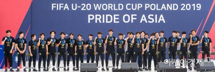 17일 서울광장에서 열린 'U-20 월드컵 대표팀 환영행사'에 참석한 선수들이 파이팅 구호를 외치고 있다./강진형 기자aymsdream@