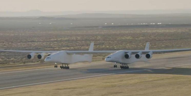 지구에서 가장 큰 비행기 '스트래토런치'가 이륙하고 있는 모습. [사진=유튜브 화면캡처]