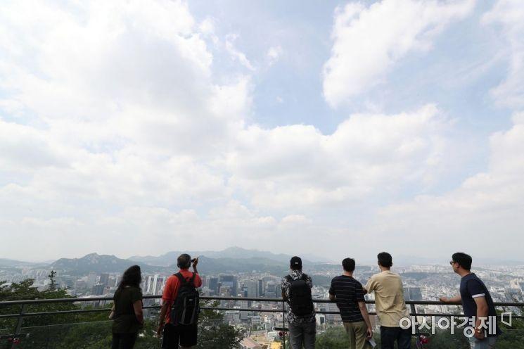 서울 남산을 찾은 관광객들이 파란 하늘 아래 휴식을 취하고 있다. /문호남 기자 munonam@