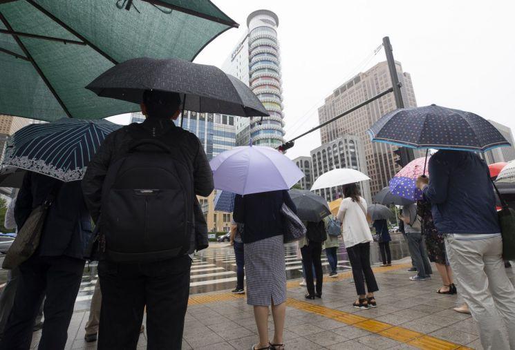 전국적으로 비가 내린 지난 7일 오전 서울 세종로사거리에서 시민들이 출근길을 재촉하고 있다. / 사진=연합뉴스