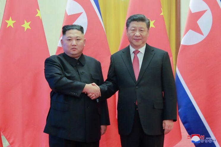 지난 1월 4차 방중한 김정은 북한 국무위원장이 베이징 인민대회당에서 열린 공식 환영식에서 시진핑 주석과 악수하고 있다.  사진=연합뉴스