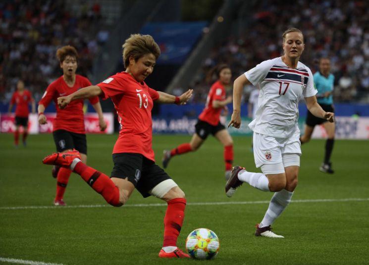 18일 프랑스 랭스의 스타드 오귀스트-들론에서 열린 2019 국제축구연맹(FIFA) 프랑스 여자 월드컵 조별리그 A조 3차전 우리나라와 노르웨이의 경기. 우리 대표팀 공격수 여민지가 슈팅을 시도하고 있다.[이미지출처=연합뉴스]