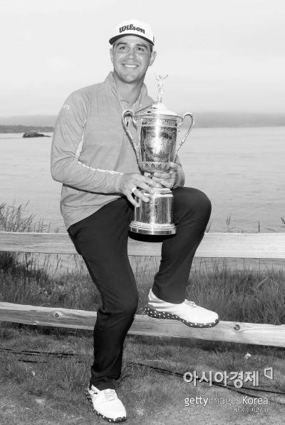 개리 우들랜드가 119번째 US오픈 우승 직후 트로피를 들고 기념 촬영을 하고 있다. 페블비치(美 캘리포니아주)=Getty images/멀티비츠