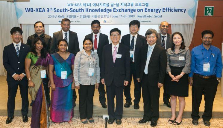 'WB-KEA 에너지효율 남-남 지식교류 프로그램' 참가자들이 기념촬영을 하고 있다.