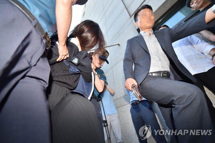 '제주 전 남편 살해 사건' 피의자 고유정이 12일 오전 제주지검으로 송치되고 있다. [이미지출처=연합뉴스]