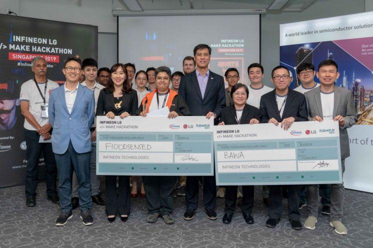 LG전자와 인피니언이 17일 싱가포르 인피니언 아태지역 본사에서 해커톤 대회를 개최했다. 대회 참석자들과 LG전자 싱가폴법인장 여인관 상무(앞줄 맨왼쪽), LG전자 SW사업화PMO 최희원 상무(앞줄 왼쪽에서 두번째), 인피니언 씨에스 추아 아태지역 사장(앞줄 왼쪽에서 네번째)이 기념촬영을 하고 있다.