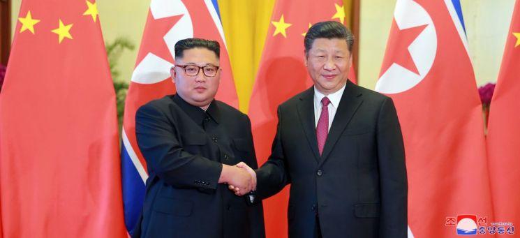 지난해 6월 중국을 방문한 김정은 북한 국무위원장이 베이징 인민대회당에서 열린 공식 환영식에서 시진핑 중국 국가주석과 악수하는 모습.