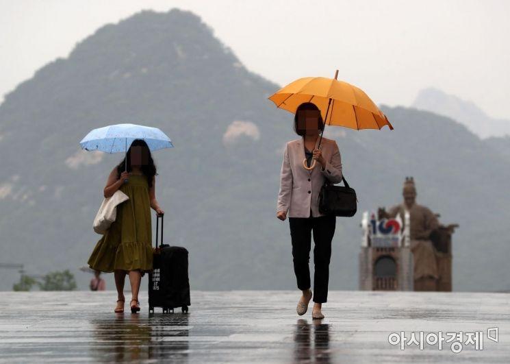 [포토]'우산 챙기셨나요?'