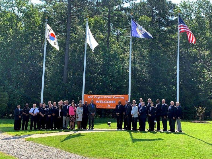 ▲17일(현지시각) 미국 피터스버그에서 사무엘파햄 피터스버그 시장(가운데 왼쪽)과 아슬람 말릭 AMPAC CEO(가운데 오른쪽) 등 앰팩과 현지 정관계 인사들이 앰팩 신생산시설 가동식을 축하하고 있다.