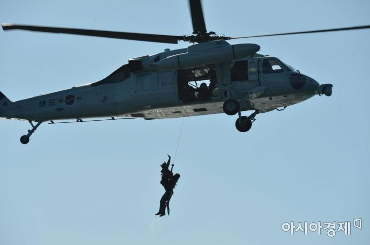 지난 1월16일 진해 서도 근해에서 해군 해난구조전대(SSU)가 혹한기 내한훈련의 일환으로 실시된 항공구조훈련에서 구조장구 운용법과 수상 인명구조법을 숙달하고 있다. (사진=대한민국 해군)