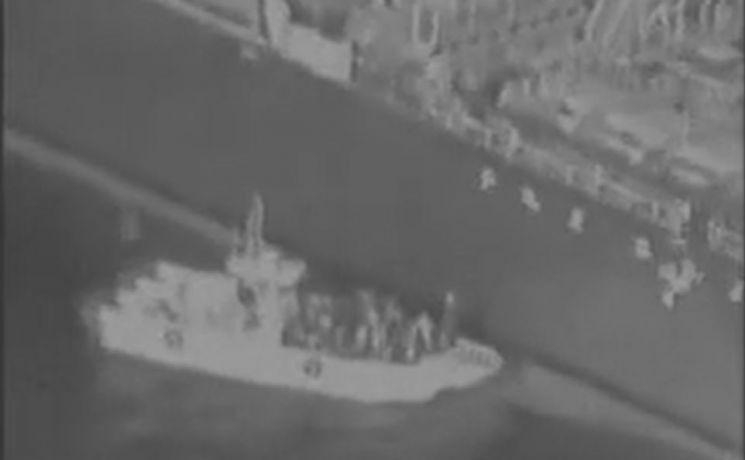 미군이 일본 국적 유조선 피격의 이란 소행임을 주장하며 증거로 제시한 동영상 속 이란 혁명수비대의 모습. 소형 선박으로 유조선 선체에 접근해 자기흡착기뢰인 림펫 마인을 부착하는 모습 등이 담겼다.(사진=미 해군 홈페이지/www.navy.mil/)