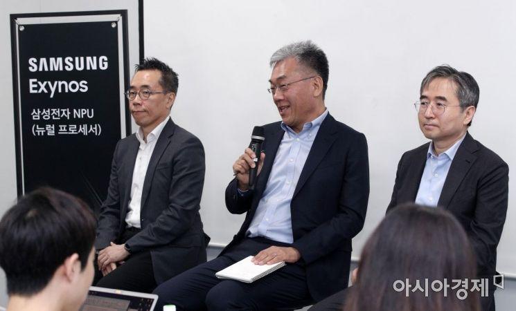 [포토] 취재진과 질의응답하는 강인엽 사장
