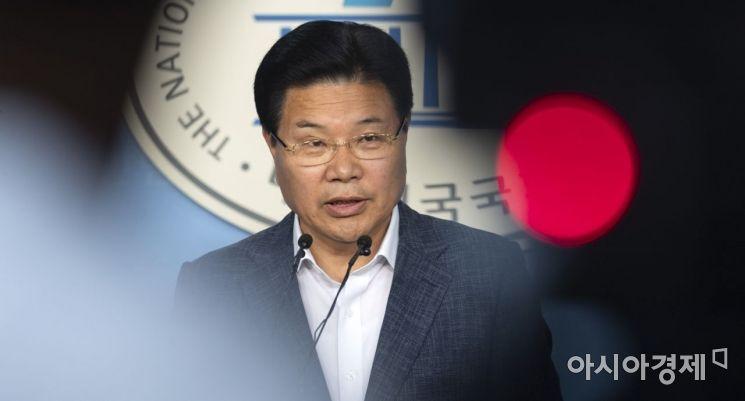홍문종 의원이 18일 국회에서 자유한국당 탈당 기자회견을 하고 있다./윤동주 기자 doso7@