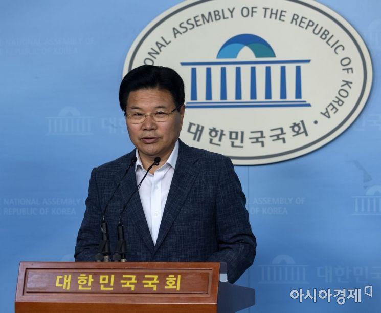 [포토] 탈당 기자회견하는 홍문종 의원