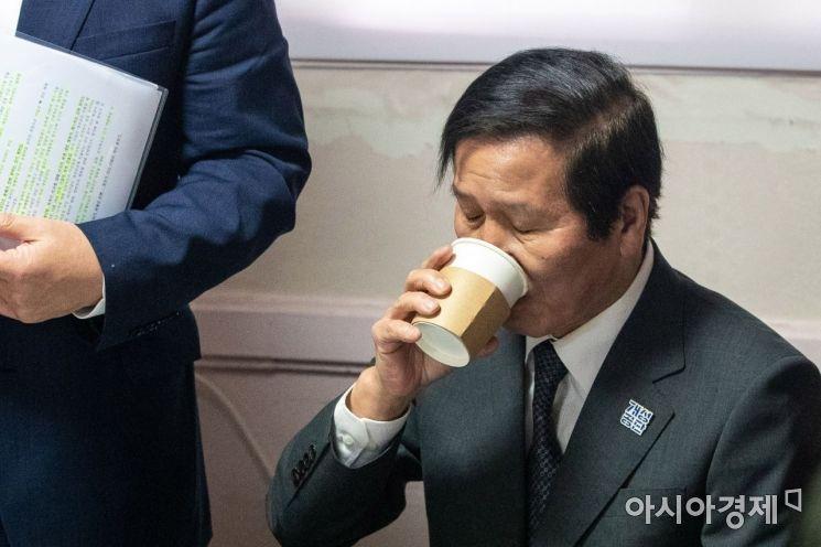[포토]목타는 정기섭 개성공단기업협회 회장