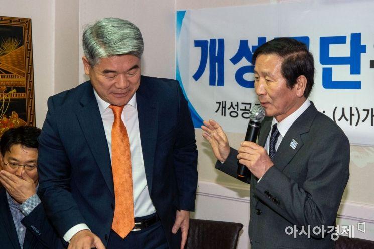 [포토]방미 결과 설명하는 정기섭 회장-김진향 이사장