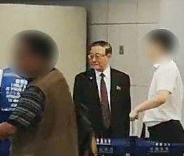 지재룡 주중 북한대사가 18일 베이징 서우두공항에서 평양행 비행기에 탑승하기 위해 수속을 밟고 있다. 사진=연합뉴스