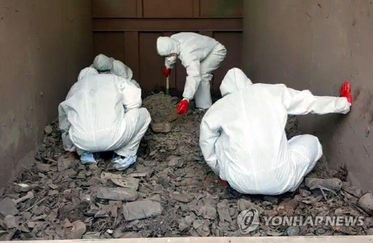지난 15일 경기도 김포의 한 쓰레기 소각장에서 경찰이 고유정 사건 피해자의 유해를 찾고 있다.  제주동부경찰서는 이 소각장에서 뼈 추정 물체 40여점을 수습, 국립과학수사연구원에 감정을 의뢰했다고 밝혔다. [이미지출처=연합뉴스]