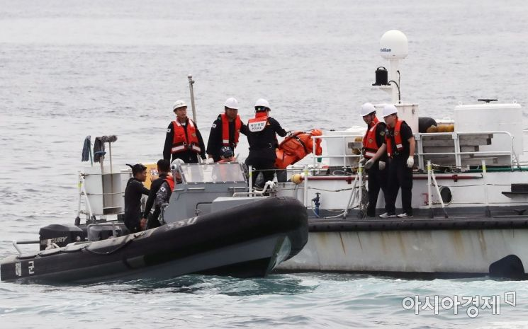 [포토] 군경, 해상 조난자 합동 구조훈련 실시
