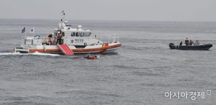 [포토] 해상 조난자 구조훈련하는 해경과 해군