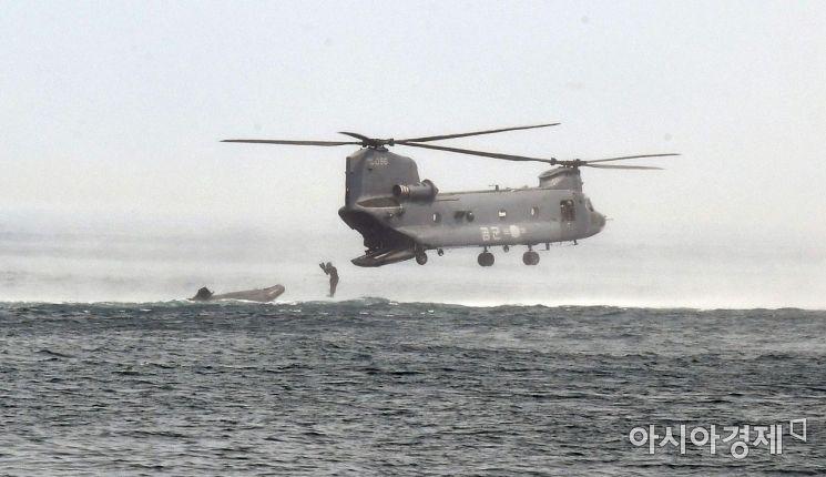 [포토] 해상 조난자 구조하는 공군