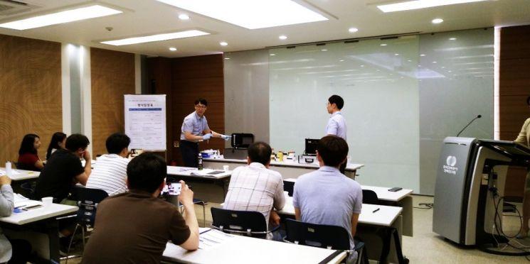 한전 담당자가 기업 관계자들이 참석한 가운데 '퓨란 간이분석 키트'를 시연하고 있다.