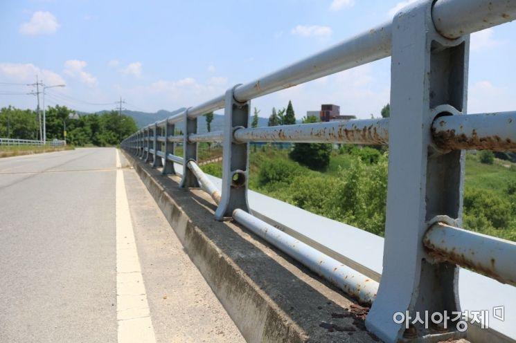 광주광역시 북구 용전동 옛 용산교 난간이 부식된 채 방치되고 있으며 중간중간 이가 빠진듯 부서져 있다.