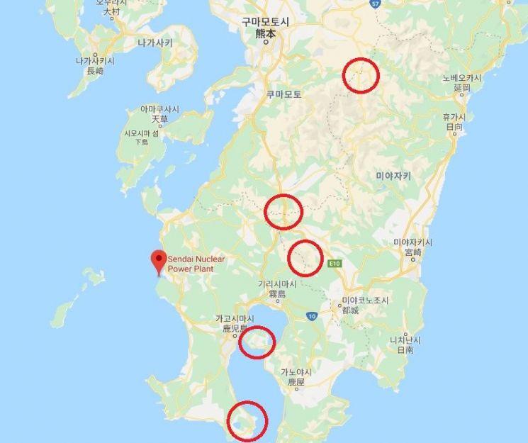 센다이원전(붉은색으로 표시)과 센다이 원전 주변 화산 칼데라들의 위치(붉은색 원)를 표시한 지도 모습. 지역주민들은 혹시모를 화산폭발시 원전이 화산폭발에 휘말릴 경우 대형사고로 이어질 수 있다는 불안감에 휩싸여있다.(자료=구글맵)