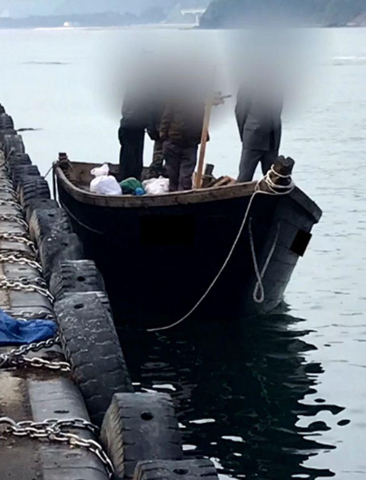 지난 15일 오전 북한 선원이 삼척항 부두에 목선을 정박한 뒤 우리 주민과 대화를 나누고 있다. (사진=KBS)