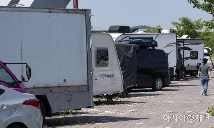 공용 주차장을 가득 메운 캠핑카들. 이들 차량은 대부분 캠핑카 매매 업체들 차량이다./윤동주 기자 doso7@