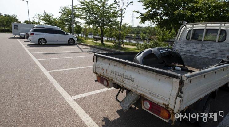 번호판이 떼어진 트럭이 방치되고 있다./윤동주 기자 doso7@