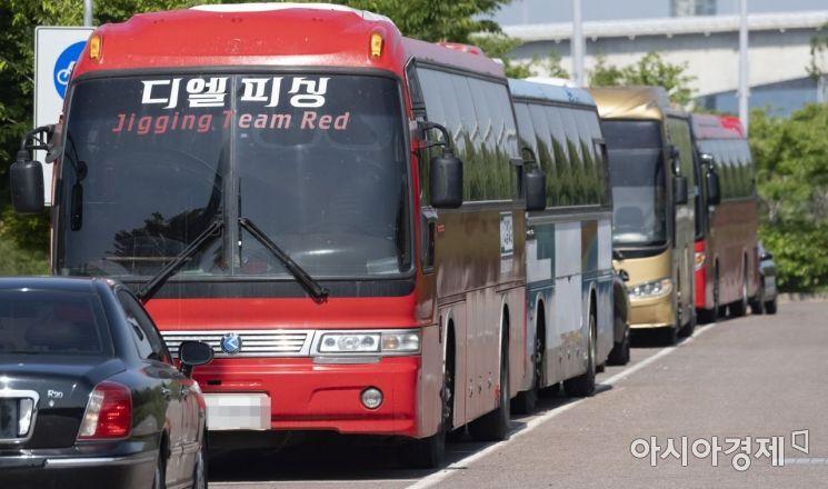 장기간 주차중인 대형관광버스들./윤동주 기자 doso7@