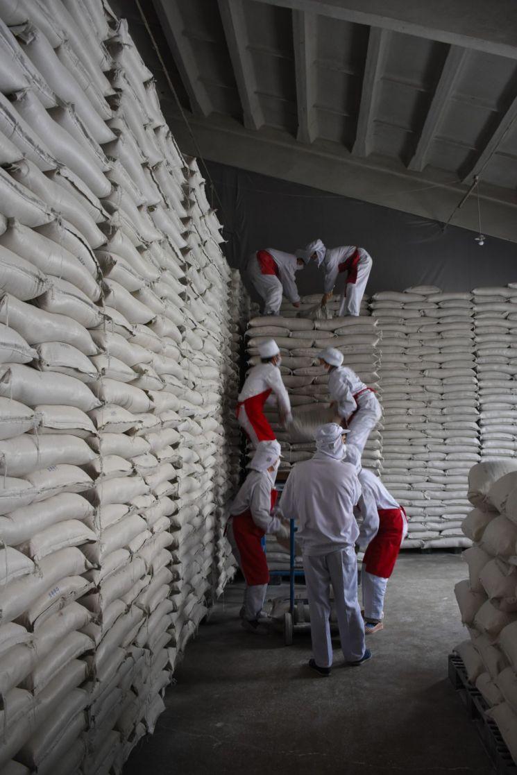 2016년 북한의 한 세계식량계획(WFP) 지원 공장에서 직원들이 식량을 쌓고 있다. <사진 제공=WFP>