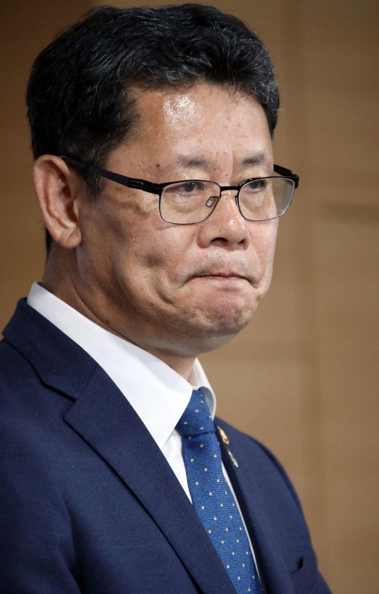 김연철 통일부 장관이 19일 오후 정부서울청사에서 북한 식량난 추가 지원 관련 발표를 하고 있다. 정부는 북한의 식량난에 대응하기 위해 세계식량계획(WFP)을 통해 국내산 쌀 5만t을 북한에 지원하기로 했다. <사진=연합뉴스>