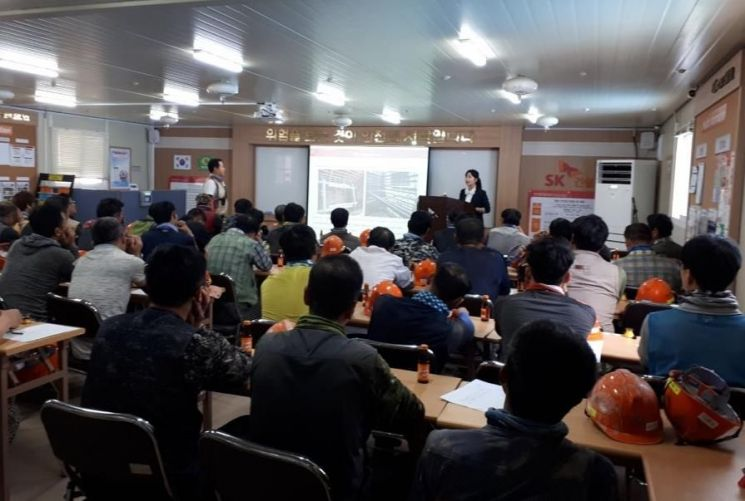 11일 용인의 건설현장에서 모두톡톡 협동조합 소속 강사가 외국근로자를 대상으로 강의를 진행하고 있다.