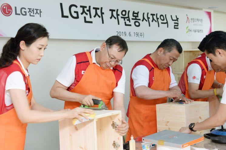 LG전자 임직원들이 19일 서울 은평구에 위치한 은평재활원을 방문해 책장, 서랍장 등 가구를 직접 만들어 재활원에 전달했다. LG전자 대표이사 CEO 조성진 부회장(왼쪽에서 두 번째), 배상호 노조위원장(왼쪽에서 세 번째)이 재활원에 전달할 가구를 만들고 있다.