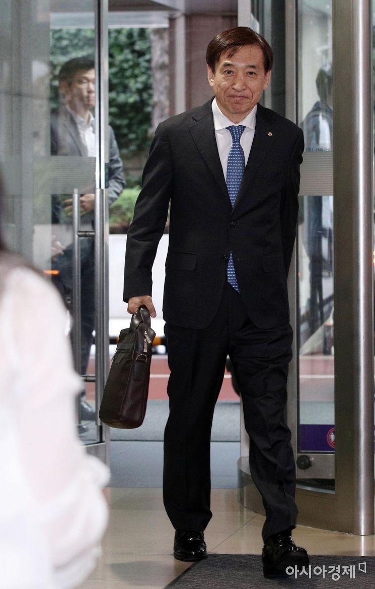 [포토] 한국은행 본관 들어서는 이주열 총재