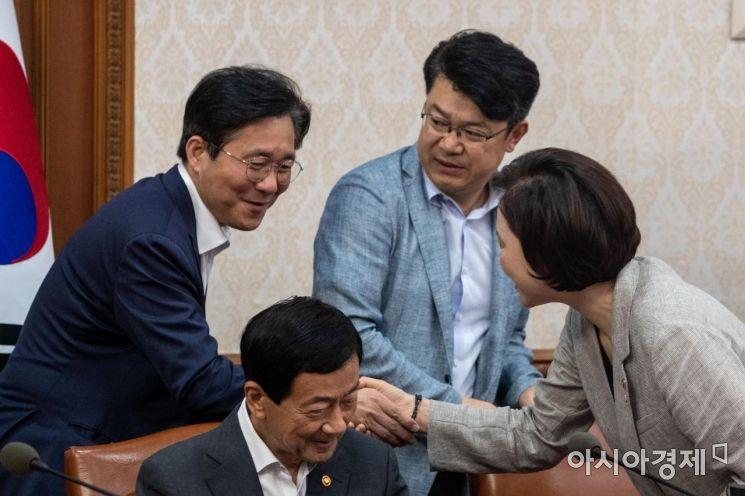 [포토]악수하는 유은혜 부총리-성윤모 장관